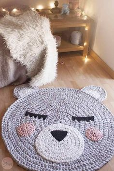 idea to make a child play rug shaped animal face, diy crochet rug pattern to face bear design Crochet Diy, Crochet Home Decor, Love Crochet, Crochet For Kids, Crochet Crafts, Crochet Projects, Crochet Rugs, Beautiful Crochet, Diy Crafts
