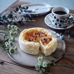 * 2018*3*2 * * ずっと作りたかった #グルテンフリー の #ベイクドチーズケーキ (⋆ʾ ˙̫̮ ʿ⋆)。。。。。っのはずが 。。厚焼き卵みたいな見た目になってしまった。。 * 味は とーっても美味しかったんですよ!!そしてこのレシピを作った @himawari_emi えみりんの出来栄えとは比べちゃいけません。あー申し訳ない。必ずBefore afterでまた作るよ! * * レシピの型と持ってる型の大きさが違って 生地を入れ過ぎてしまった結果 焼き時間足りずに上に膨らみ過ぎてしまって 今にも型から飛び出そうなぐらいに膨らみ 焦って途中でオーブン止めてしまったのです。 * * 初心者は型はちゃんと 同じの使った方が良いですね! * えみりん!とっても美味しかったから またリベンジするね!これ見て 作ってみたい人減らなきゃ良いなぁ。。 @cake.tokyo さんのサイトからレシピ見れまーす! * * #おうちカフェ #うちかふぇ #チーズケーキ #手作りベイクドチーズケーキ #homemade #ブラパラ #安藤雅信 #銀彩ピューター #広瀬佳子…