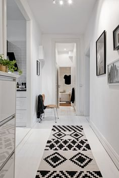 Want to find inspiration for a good foyer decor for this year? Just open this article. Here provides a lot of inspirational pictures of lobby decor for you Room Interior Design, Diy Interior, Interior Architecture, Entry Hallway, Hallway Rug, Home Staging, Decoracion Low Cost, Apartment Decoration, Decoration Entree