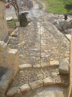 Le Mas du Micocoulier est l'un des chantiers réalisés par Stéphane Roucheton (entreprise Art et Rénovation), spécialisé dans la rénovation du patrimoine bâti ancien dans le Lubéron. La calade (trottoir caladé) le long de la façade permet d'éloigner l'eau de pluie tout en laissant respirer le soubassement de la maison.
