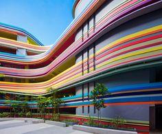 Школа с радужной облицовкой в Сингапуре