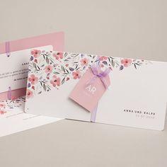 """Die klassische Hochzeitseinladung """"Floral Chic"""" mit den zarten in Wasserfarbe gezeichneten Blumen begeistert durch den blumig-lieblichen Stil in Kombination mit moderner Typografie."""