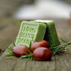 Spirulina+a+heřmánek+HAND+MADE+Ručně+vyráběné+domácí+glycerínové+mýýý-dlo+s+přídavkem+spirulinového+pudru+a+heřmánku.+Glycerínové+mýýý-dlo+se+třemi+druhy+másla+(bambucké,+kakaové+a+mangové),s+přídavkem+heřmánkového+extraktu.+Obsahuje+spirulinu,+která+dodává+mýdlu+kromě+svých+jedinečných+vlastností+i+zelenou+barvu.+Mýdlo+je+rostlinného+původu,...