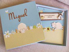VENDIDO. PODE SER ENCOMENDADO!!  Livro de mensagens artesanal composto por capa e contra-capa duras, forradas com papel especial na cor azul bebê.  Decoração:Carneirinho  Personalizado com o nome da criança.   Encadernação: Wire-o  Quantidade de folhas: 20 folhas (40 páginas)  Opções internas:   20 folhas (40 páginas); 25 folhas (50 páginas); 30 folhas (60 páginas); 35 folhas (70 páginas); 40 folhas (80 páginas).   CONSULTE-NOS!!  PODE SER VENDIDO COM A CAIXA COORDENADA: VALOR DO LIVRO COM…