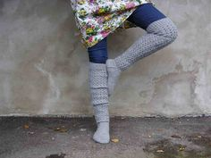 Skinny jeans and chunky knee-high socks. This looks so cozy! Knitted Boot Cuffs, Knit Boots, Knitted Slippers, Wool Socks, Knitting Socks, Knitting Ideas, Creative Knitting, Winter Socks, Sweater Weather