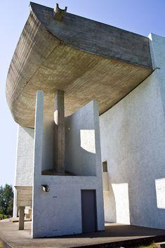 56 – The chapel Notre-Dame du Haut - Corbusier Religious Architecture, Chinese Architecture, Futuristic Architecture, Architecture Details, Alvar Aalto, Ronchamp Le Corbusier, Gaudi, Le Corbusier Architecture, Villa Savoye