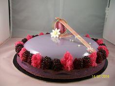 Tarte mûres (pate sucrée vanille colorée, creme d'amande, confit fruits rouge, mousse mûres, decor maison, macaron cassis)
