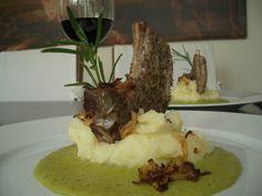 Lamm auf Kartoffelpüree mit Erbsensauce   /   Gekocht, angerichtet und fotografiert: Katharina Barker