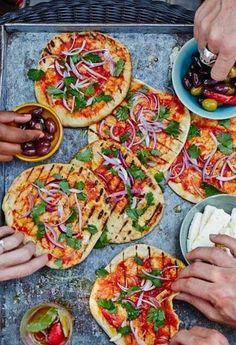 Gegrilltes Flat-Bread mit Tomatensoße & roten Zwiebeln: http://www.gofeminin.de/kochen-backen/alternative-grill-ideen-s1841692.html