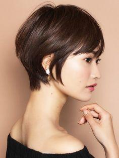 오늘도 너무너무 화창한 날씨의 수요일 오후네요!가로수길에도 활기가 넘치는 요즘이 괜스레 설레이는 날... Hair For Round Face Shape, Short Hair Styles For Round Faces, Cute Hairstyles For Short Hair, Short Hair Cuts For Women, Hairstyles For Round Faces, Pixie Hairstyles, Pixie Haircut, Japanese Short Hair, Asian Hair