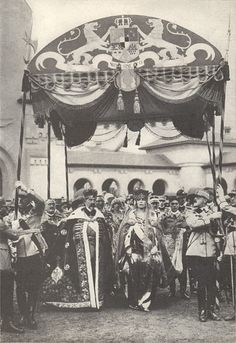 The coronation of King Ferdinand I and Queen Maria ( Alba Iulia, 1922 ). Michael I Of Romania, Romanian Royal Family, Central And Eastern Europe, Native American Photos, Casa Real, Blue Bloods, Royal House, Queen Mary, Black And White Portraits