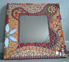Spiegel gemaakt van glasmozaïek en keramische tegels. Afmeting ondergrond 30x30 cm. Ook geschikt om buiten op te hangen.