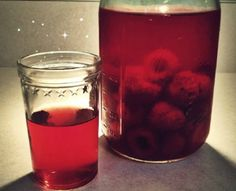 How to make Raspberry Kvass: 1 cup raspberries, Filtered water (enough to fill jar), 1 tablespoon raw honey, 4 ginger slices Healthy Drinks, Healthy Eating, Fermentation Recipes, Kombucha Fermentation, Smoothies, Raw Food Recipes, Healthy Recipes, Probiotic Drinks, Tips & Tricks