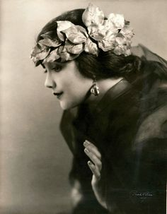 American silent film actress Jetta Goudal, Goudal was a Dutch-born American actress, successful in Hollywood films of the silent film era. Vintage Glamour, Vintage Beauty, Vintage Outfits, Vintage Fashion, Fashion 1920s, Foto Transfer, Foto Fashion, 50 Fashion, Fashion Styles