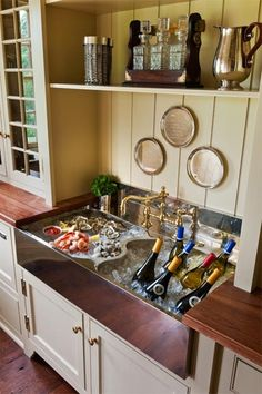 Ice and drinks in the sink when entertaining! Great idea!