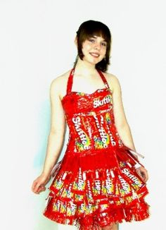 Magnificent or Monstrous? Take a look at this one-of-a-kind Skittles dress made by a girl who wanted a prom dress. The dress is completely designed out of 101 Skittles packets! The fact that she was able to make wearable attire. Crazy Dresses, Prom Dresses, Summer Dresses, Paper Dresses, Anything But Clothes Party, Abc Party, Candy Dress, Recycled Dress, Paper Fashion