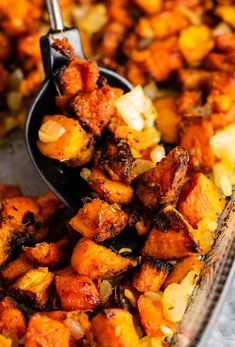 The Best Sweet Potato Hash Recipe - Build Your Bite Sweet Potato And Cauliflower Recipe, Sweet Potato Oven, Sweet Potato Breakfast Hash, Sweet Potato Side Dish, Potato Hash Recipe, Sweet Potato Hash Browns, Sweet Potato And Apple, Potato Sides, Potato Side Dishes