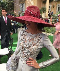 Mi querido @fernandoclarocostura vuelve a superarse con esta #invitadaperfecta y es que a mí los tonos grises siempre me han parecido tan elegantes...  #invitada #invitadas #invitadasconestilo #invitadaboda #invitadasbodas #lookbodas #lookinvitadas #invitadasespeciales #invitadasdeboda #boda #bodas #wedding #weddingguest #guest #style #fashion #moda #tocado #tocados #pamela #pamelas #headpiece #headdress #madrina #madrinas