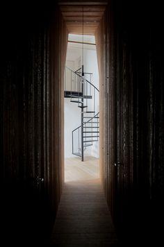 Die Treppe wurde in diesem Haus bestens in Szene gesetzt. Eingerahmt von den Holzwänden, windet sich die organische Silhouette in die höhere Etage.  https://www.homify.de/ideenbuecher/42429/ein-bauernhaus-wird-umgekrempelt