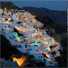 El pueblo de Oia se posa sobre 700 pies de acantilados volcánicos de alta mar en el extremo norte de la isla de Santorini, a cuyo municipio pertenece desde la última Reforma del Gobierno Local (2011).
