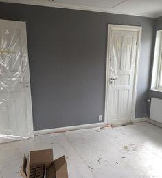 Vårt sovrum målat andra och sista gången med Alcro pearl grey. Gillar det grå mot det vita #byggahus #bygganytt #bygganytt2016 #färg #sovrum #väggfärg #alcro #pearlgrey House Styles, Hallway Designs, Apartment, Paint Colors, Home, Bedroom, Inspiration, Colours, Furniture