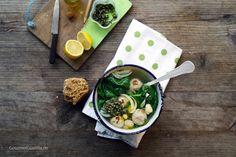 Großes Glück! Suppe mit Bratwurstklößchen, Spinat & Bohnen. Und einem Klacks Pesto. http://www.gourmetguerilla.de/2012/11/groses-gluck-suppe-mit-bratwurstkloschen-spinat-bohnen-und-einem-klacks-pesto/