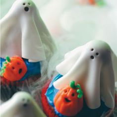 Sugar Ghost Cupcakes Recipe with DIY marshmallow fondant. #food #Halloween #cupcakes #ghosts