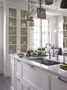 Busca imágenes de Cocinas de estilo rústico en blanco: Encimera de mármol combinada con una grifería bimando de estilo clásico. Encuentra las mejores fotos para inspirarte y crea tu hogar perfecto.