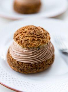 Choux au chocolat et café St-Henri de Patrice Demers...Pâte à choux se congèle avant cuisson, sortir 30 min avant de cuire!...Truc de Patrice:ne pas utiliser Silpat pour la cuisson car le dessous sera mou.Prendre papier parchemin.