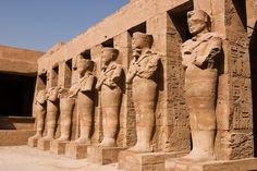 Karnak é um antigo recinto de templos egípcios localizado na margem leste do rio Nilo, em Tebas (hoje Luxor). Abrange mais de 100 hectares, uma área maior do que algumas cidades antigas.