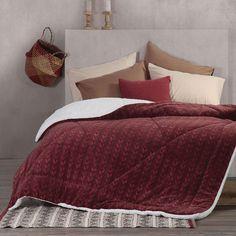 Το Κουβερτοπάπλωμα Malla ήρθε για να σας εξασφαλίσει ζεστασιά και πρακτικότητα! Πρόκειται για ένα έξυπνο σκέπασμα που συνδυάζει την απαλότητα της κουβέρτας με την αφράτη υφή και τη ζεστασιά του παπλώματος. Η επάνω όψη είναι κατασκευασμένη από fleece microfiber και φέρει τυπωτά μοτίβα, ενώ η κάτω όψη είναι μονόχρωμη και φέρει απαλή γούνα σέρπα. Διαθέτει πλούσια και αφράτη γέμιση από hollofiber, για να σας εξασφαλίσει ζεστασιά και απολαυστική υφή. Comforters, Blanket, Bed, Home, Leotards, Creature Comforts, Quilts, Stream Bed, Ad Home