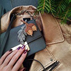 80 отметок «Нравится», 4 комментариев — Екатерина Design & Beading (@missis_march) в Instagram: «Чем больше я вышиваю броши, тем чаще склоняюсь в одежде к лаконичным цветовым решениям, как бы…»