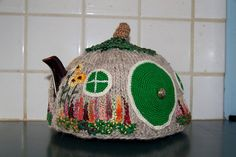 Hobbit Hole Tea Cozy. Knit and crochet. ARE YOU KIDDING ME? This must happen...