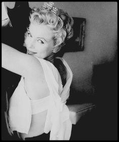 """1956 / Marilyn lors du tournage du film """"The Prince and the showgirl"""" (Le tournage débuta le 7 Août 1956). Dans ce film de « fabrication » britannique, le premier (et le dernier) des """"Marilyn MONROE Productions"""", il y eut des hauts et des bas, à l'écran comme sur le tournage. Laurence OLIVIER et sa femme Vivien LEIGH, avaient été les vedettes de la version originale, une pièce de Terence RATTIGAN intitulée « The sleeping Prince » (1953), dont l'associé de Marilyn, Milton GREENE, avait acquis…"""