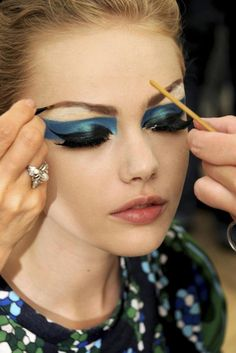 Frida Gustavsson, teal eye shadow.
