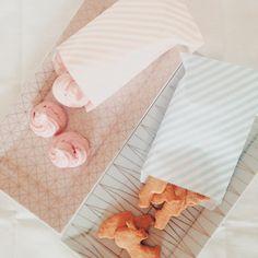 Piccole meringhe rosa e biscottini di pastafrolla