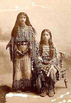 vintage-native-american-girls-portrait-photography-7-575a66598058a__700amérindiennes-amérindiennes