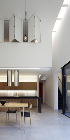 The modern Australian architecture was designed by Noxon Giffen. It has a great minimalist kitchen with a black island.Big space for kitchen and dining room. Australian Interior Design, Interior Design Awards, Cocinas Kitchen, Appartement Design, Inside Home, Minimalist Kitchen, Minimalist Interior, Kitchen Interior, Home Kitchens