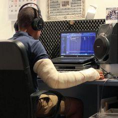 Rezar y hacer música poco más se puede hacer con un codo roto... Cookin'! #studio #music #mix #rap #album