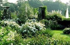 """""""Розовый розарий"""" в Итон-Холле, 1990 Арабелла Леннокс-Бойд родилась в 1938 году в Италии. После переезда в Англию училась ландшафтной архитектуре в университете Гринвича, а потом открыла бюро Arabella Lennox-Boyd. Landscape & Architectural Design. Создала около четырехсот садов и…"""