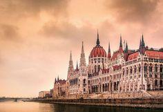 15、匈牙利  匈牙利坐落在美麗的多瑙河畔,其首都布達佩斯是很多人歐洲之旅中必去的一站,而且布達佩斯在歐洲城市中也算物價水準比較低的。和其美麗的風景、獨特的人文景觀相比,匈牙利的物價水準就出奇的低了。一頓午餐2英鎊(HKD 24元),火車票一英鎊(HKD 12.5元),旅店房租10英鎊(HKD 125元)。