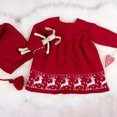 Strikk denne søte reinsdyrkjolen med nisselue til jul! Garnpakken inneholder alt garnet du trenger for å strikke reinsdyrkjolen og nisseluen, pluss oppskrift. Kjolen på bildet er strikket i fargen rubinrød, men her er flere farger å velge mellom, nisseluen strikkes i samme farge som kjolen. Selve mønsteret er alltid i fargen naturhvit. Garntypen er Pure Eco Baby Wool (100% økologisk ull) fra Dale Garn. Strikkes på pinner 2,5 og 3. Trenger du strikkepinner? Bestill i tillegg her. The post Bluum s