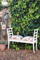 Deux chaises pour un banc