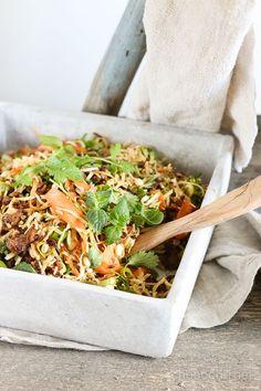 Tänään ruokalistalla reseptilaina Viimeistä murua myöten -blogista. Nam!   Rakastan salaatteja ja erityisesti erityylisiä aasialaishenkisiä nuudelisalaatteja. Ihastelin tätä vietnamilaista nyhtökaura-