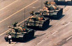4 de junio, 1989   Un manifestante se enfrenta a una columna de tanques del gobierno chino durante las protestas de la plaza de Tiananmen, Pekín, para pedir una reforma democrática.