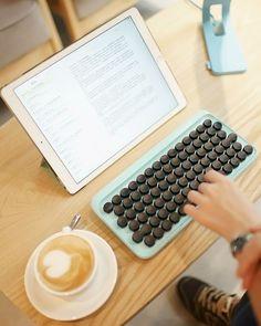 Lofree é uma startup que projetou teclados portáteis inspirados em máquinas de escrever mecânicas. O teclado está disponível em uma série de cores e, além de nos levar a tempos antigos, seus botões…