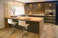 Maravilhosa combinação de cores e texturas. Destaque para o piso, a madeira da bancada, as pastilhas da pia, a formica/vidro brilhante no armário