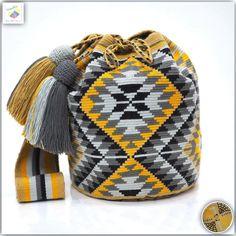 24 отметок «Нравится», 2 комментариев — Wayuu Bags &Bikini etc. (@wayuukiss) в Instagram: «Wayuu bag single thread รุ่น Premium quality ⭕️Sol out⭕️ •ฐาน 9 นิ้ว สูง 10 นิ้ว •สายยาว 94 cm.…» Tapestry Crochet Patterns, Tapestry Bag, Fiber Art, Fashion Backpack, Purses And Bags, Needlework, Knit Crochet, Couture, Knitting
