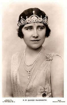 Catherine is wearing this tiara loaned to her by the Queen for Dec. Shown here on the Queen Mother. The tiara was then given to Princess Margaret. Royal Crowns, Royal Tiaras, Duchess Of York, Duchess Of Cambridge, Duchess Kate, Elizabeth Ii, Flower Tiara, Estilo Real, Isabel Ii