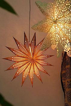 17 Ways To Make Your Home Look Like A Hippie Hideaway Use twinkly string lighting or paper lanterns to set the mood. Hippy Room, Hippie Room Decor, Retro Home Decor, Diy Home Decor, Decor Crafts, Deco Dyi, Paper Stars, Deco Design, Design Design